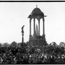 Henri Cartier Bresson INDIA. Delhi. GANDHIs funeral. 1948. Crowds gathered between Birla House and the cremation ground. 215x215 Photos of Henri Cartier Bresson