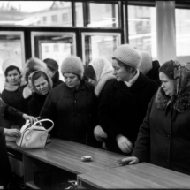 Henri Cartier Bresson RUSSIA. Moscow. 1972. Arbat street. Department store. 215x215 Photos of Henri Cartier Bresson