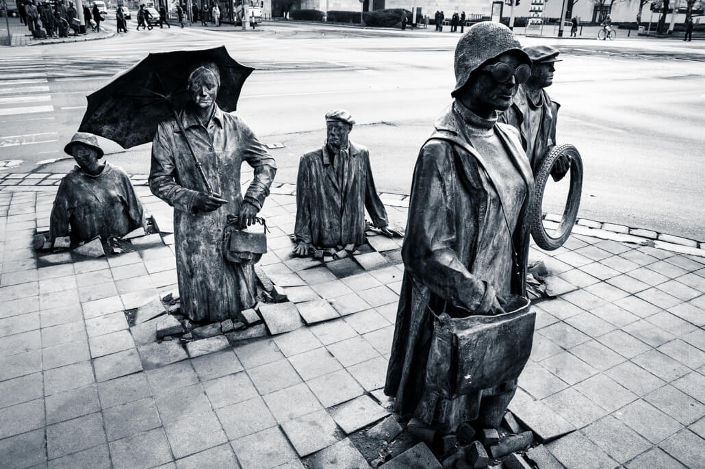The-monument-of-an-anonymous-passerby-in-Wroclaw-9195