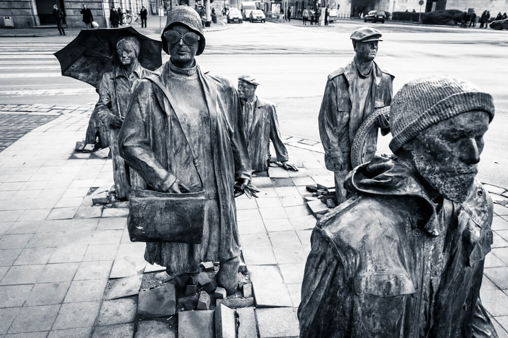 The-monument-of-an-anonymous-passerby-in-Wroclaw-9196